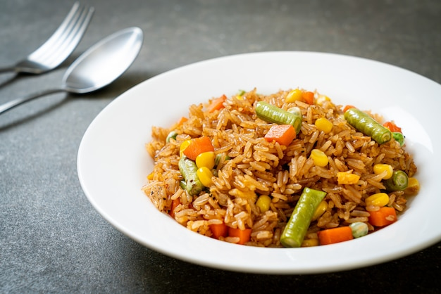 Smażony ryż z zielonym groszkiem, marchewką i kukurydzą