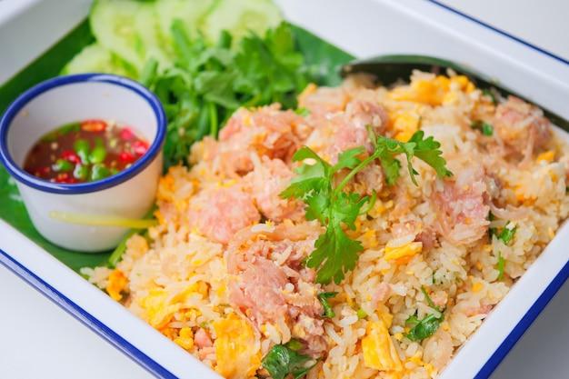 Smażony ryż ze sfermentowaną wieprzowiną, kao pad nham