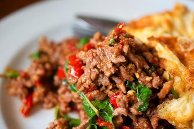 Smażony ryż ze słodkiej bazylii z mieloną wieprzowiną, omlet