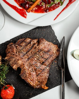 Smażony stek na stole
