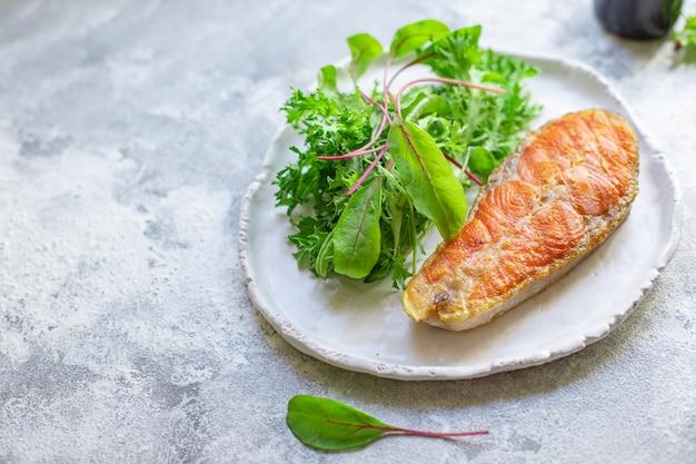 Smażony stek z łososia kawałek fileta ryba owoce morza