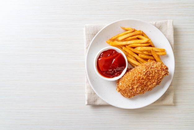 Smażony stek z polędwicy z piersi kurczaka z frytkami i ketchupem