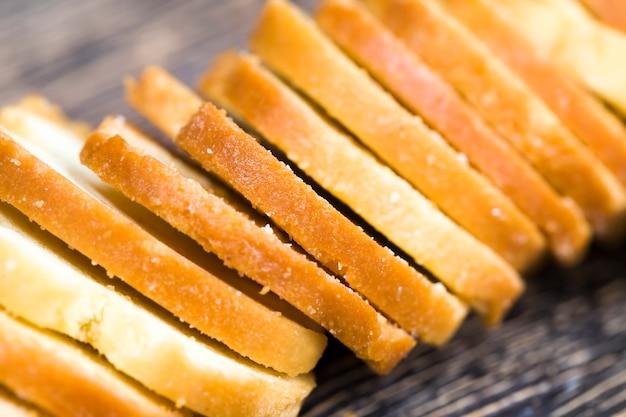 Smażony suchy chleb na przekąskę