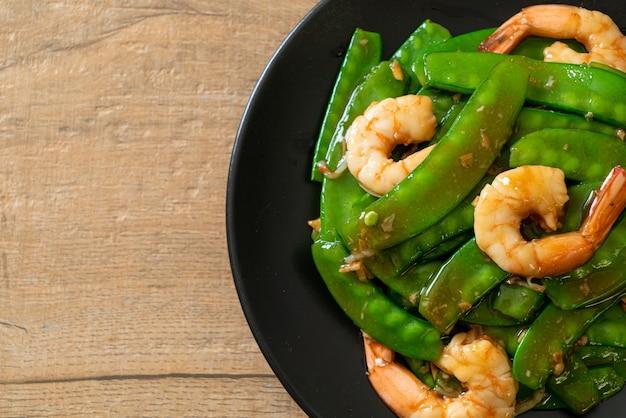 Smażony zielony groszek z krewetkami - domowe jedzenie