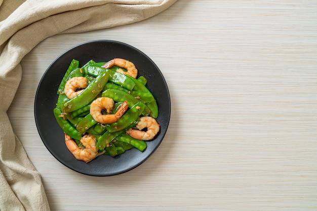 Smażony zielony groszek z krewetkami