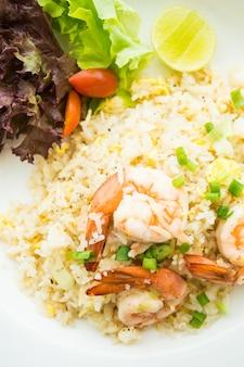 Smaży ryż z krewetką