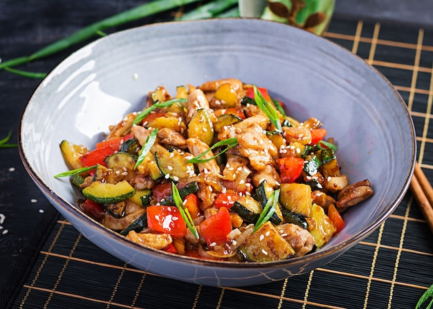 Smażyć na mieszadle z kurczakiem, cukinią i słodką papryką - chińskie jedzenie.