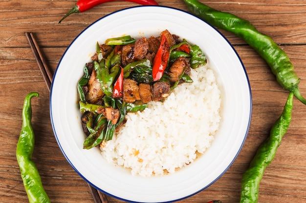 Smażyć wieprzowinę z ryżem
