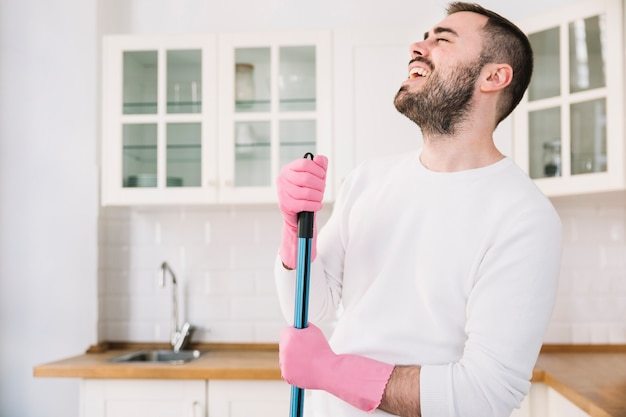 Śmiech człowieka z mopem