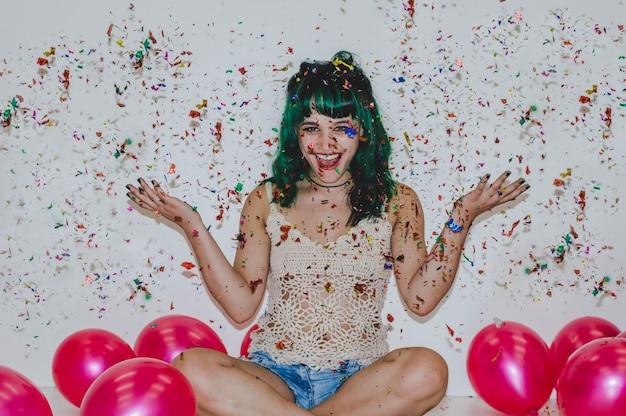 Śmiech dziewczyna z konfetti