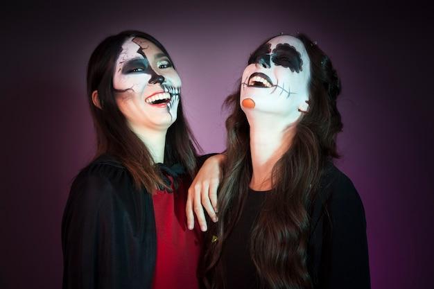 Śmiech kobiety przebrany za czarownic