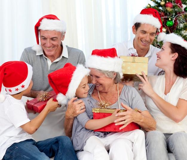 Śmiech rodziny w czasie świąt bożego narodzenia