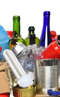 Śmieci do recyklingu z papierowymi, szklanymi butelkami, puszkami, plastikową butelką i żarówką