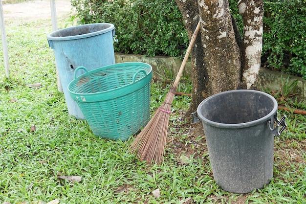 Śmieci i miotły pozostawiono w cieniu