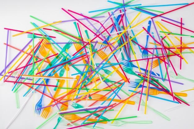 Śmieci i śmieci. kolorowe, jasne słomki i widelce będące wynikiem śmierci zwierząt i zanieczyszczenia na naszej planecie