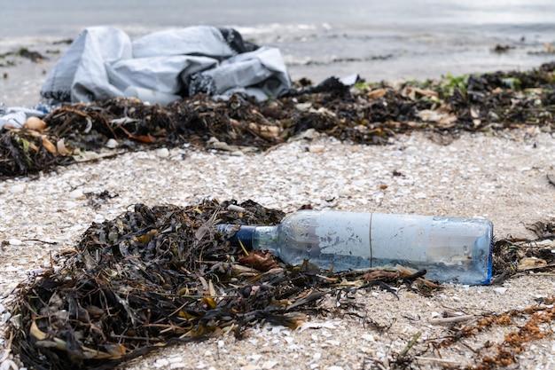 Śmieci na brzegu plaży
