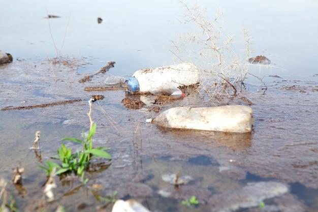 Śmieci na jeziorze w ciągu dnia