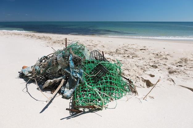 Śmieci na plaży nad oceanem?