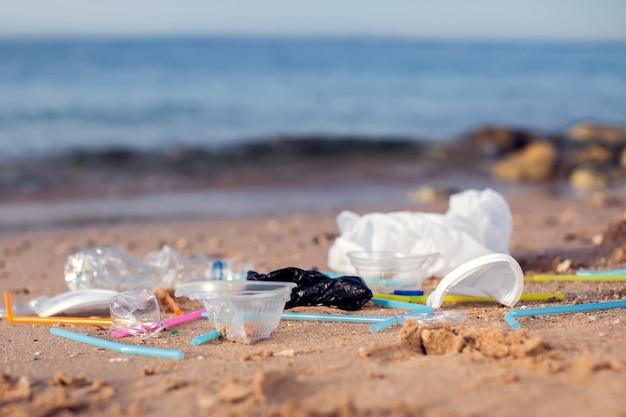 Śmieci na plaży. pojęcie zanieczyszczenia środowiska