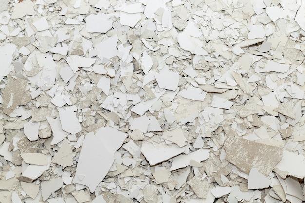 Śmieci pozostałe po budowie i naprawie, zbliżenie starego tynku i szpachli