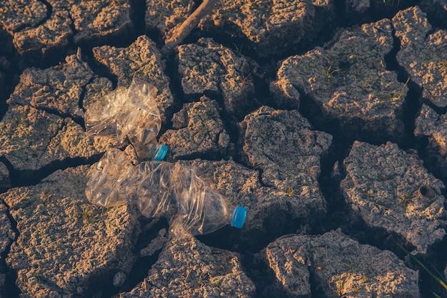 Śmieci w rzece niszczą środowisko. światowy dzień ziemi. świadomość plastiku i dzień ziemi.