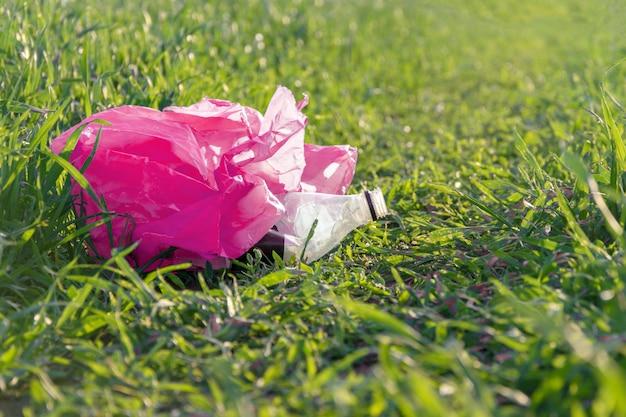 Śmieci w trawie z bliska