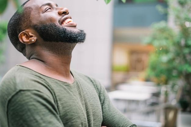 Śmiejąc się african-american man