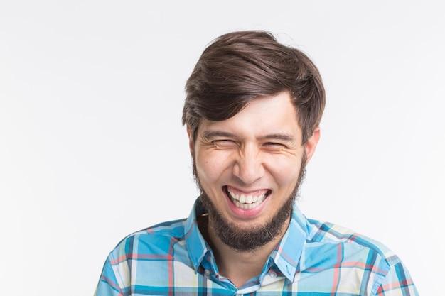 Śmiejąc się brodaty przystojny mężczyzna na białym tle