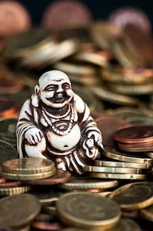 Śmiejąc się budda przed monetami