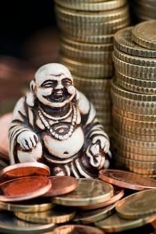 Śmiejąc się buddzie przed monetami