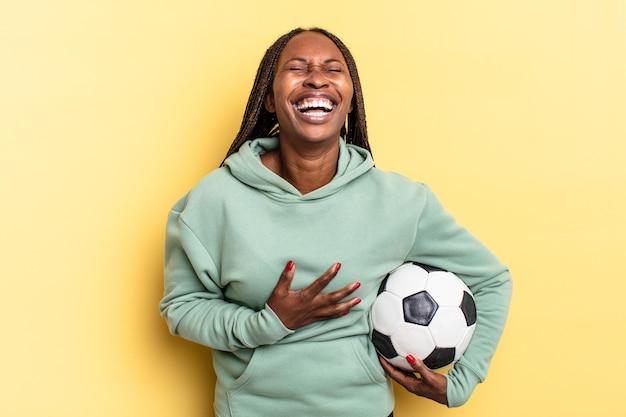 Śmiejąc się głośno z jakiegoś przezabawnego żartu, czując się szczęśliwym i wesołym, dobrze się bawiąc. koncepcja piłki nożnej