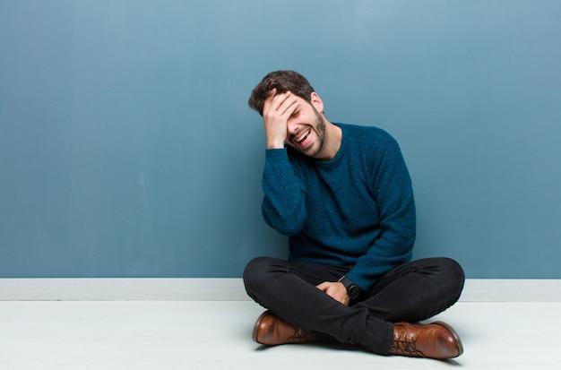 Śmiejąc się i uderzając się w czoło