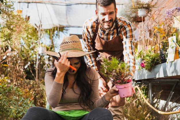 Śmiejąc się ludzie z doniczkowych roślin