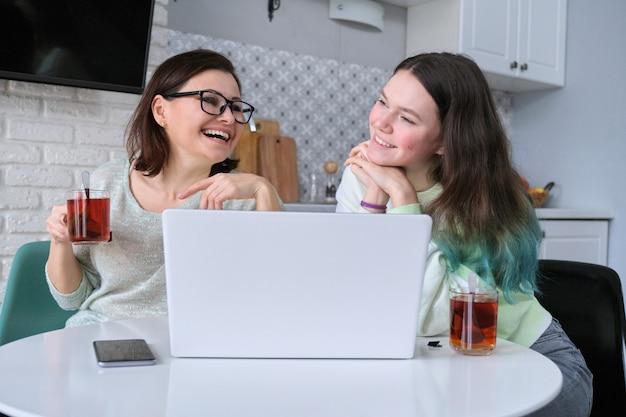 Śmiejąc się, uśmiechnięta szczęśliwa matka i nastoletnia córka, komunikacja