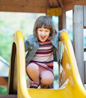 Śmiejąc się z dwuletniej dziewczynki