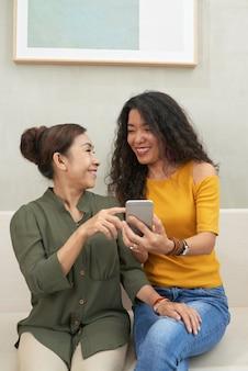 Śmiejąc się z mamą podczas oglądania zdjęć