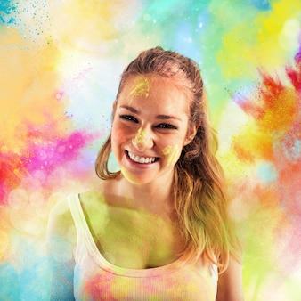 Śmiejąca się dziewczyna na kolorowych proszkach. święto holi