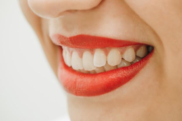 Śmiejąca się kobieta uśmiech z wielkimi zębami.