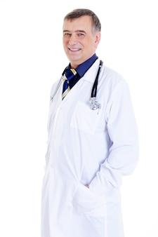Śmiejący się, odnoszący sukcesy, dojrzały lekarz w szpitalnej sukni i ze stetoskopem