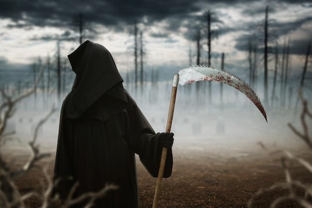 Śmierć z kosą w ciemnym mglistym lesie
