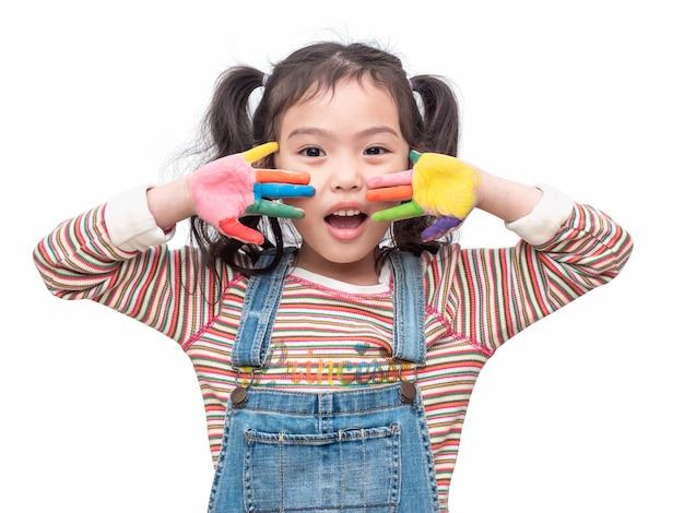 Śmieszna azjatykcia śliczna dziewczyna bawić się akwarela obraz pod ręką.