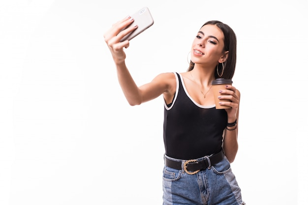 Śmieszna dama z brunetka włosy robi selfie na jej telefonie odizolowywającym