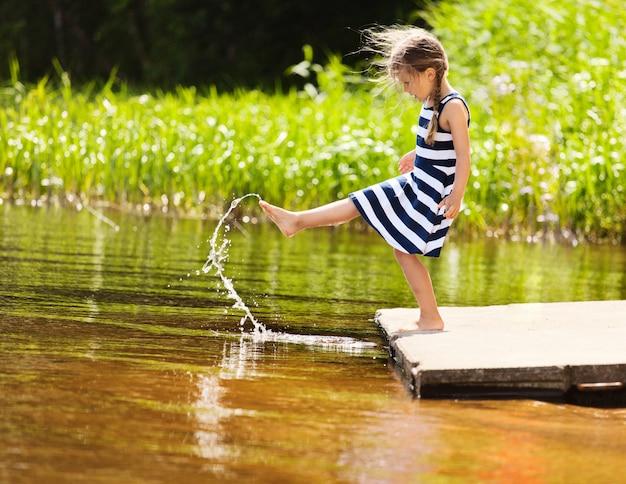 Śmieszna dziewczyna bawić się z wodą