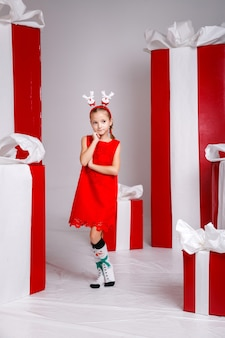 Śmieszna dziewczynka na obrazie nowego roku, pokazująca różne emocje.