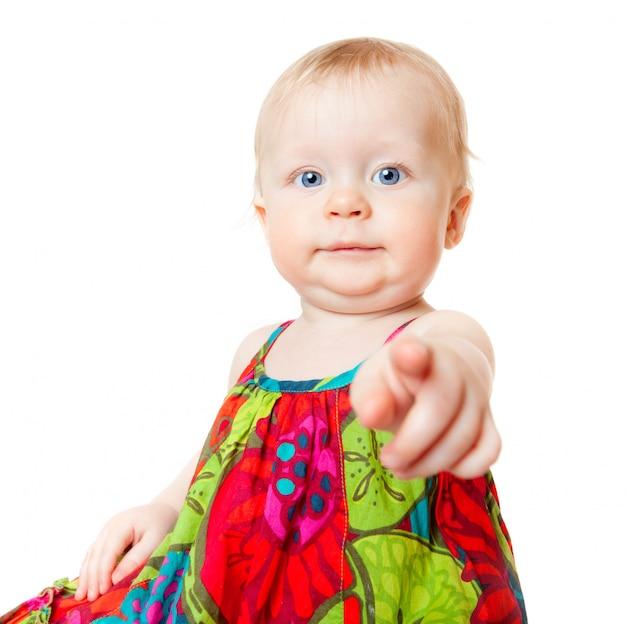 Śmieszna dziewczynka wskazuje palec