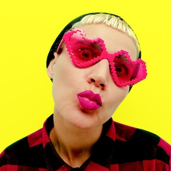 Śmieszna hipster dziewczyna w retro okularach przeciwsłonecznych