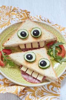 Śmieszna kanapka na lunch dla dzieci
