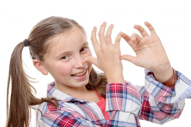 Śmieszna mała dziewczynka robi minom