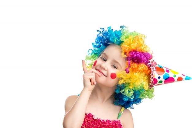 Śmieszna mała dziewczynka w stubarwnej peruce