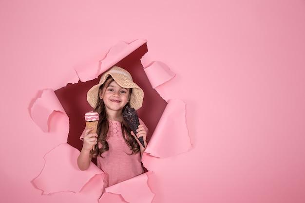 Śmieszna mała dziewczynka z lody